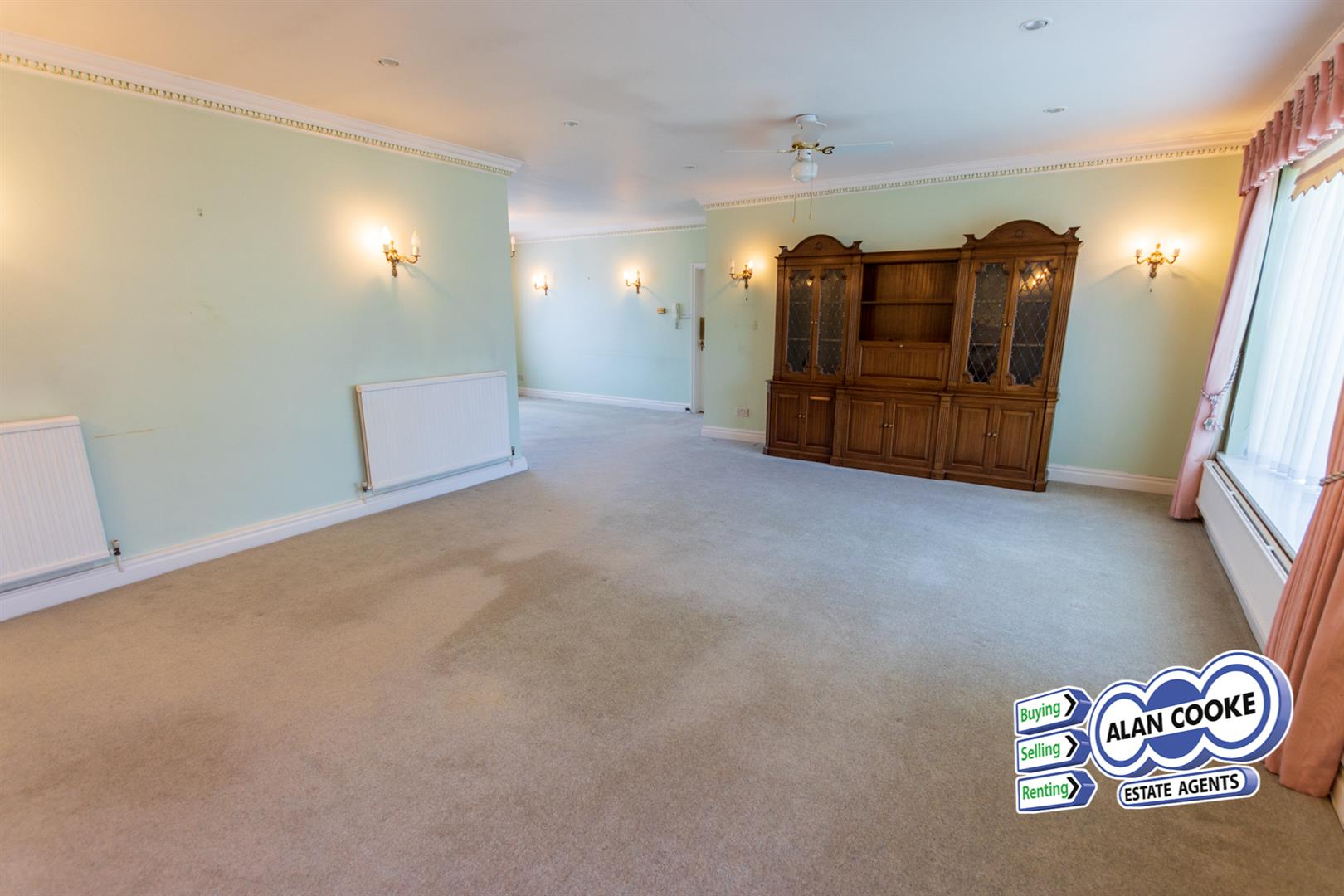 SPACIOUS OPEN PLAN LOUNGE & DINING ROOM